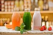 Smoothies (Melone, Gurke, Erdbeere) in Flaschen