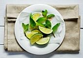 Limettenschnitze, Minze und brauner Zucker