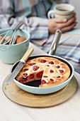 Pancake mit Erdbeeren in der Pfanne zum Frühstück