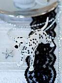 Dalmatiner-Hundefigur als Tischdeko zu Weihnachten