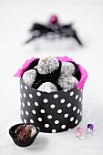 Schokoladentrüffeln in gepunkteter Schachtel