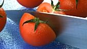 Eine Tomate halbieren