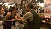 Junge Frauen beim Einkaufen auf einem Gewürzmarkt