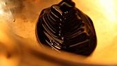 Geschmolzene Schokolade in einem Messingkessel