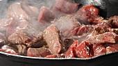 Rindfleischstücke in der Pfanne braten