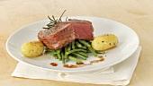 Rinderfilet im Speckmantel (Filet Mignon) mit Bohnen und Kartoffeln