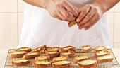 Geröstete Baguettescheiben mit Knoblauch einreiben