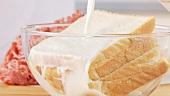 Toastscheiben in Milch einweichen