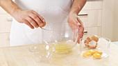 Ei aufschlagen und trennen