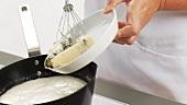 Gorgonzola in Sahne-Brühe-Mischung geben