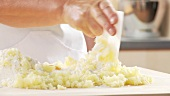 Gekochte Kartoffelmasse mit Mehl und Ei vermischen