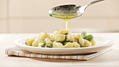 Gnocchi mit Salbeibutter anrichten