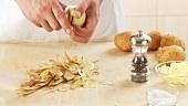 Kartoffeln schälen und in eine Schüssel mit kaltem Wasser legen