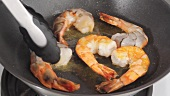 Prawns with garlic and lemons being made (German Voice Over)