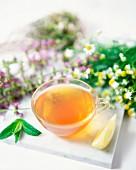 Tee aus Kamille und Minze