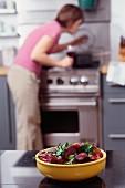 Rote-Bete-Salat mit Frau im Hintergrund