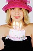 Junge Frau mit einem kleinen Geburtstagskuchen