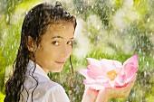 Junge Frau im Sommerregen