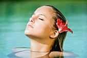 Junge Frau entspannt im Wasser