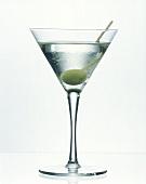 Martini mit grüner Olive in Martiniglas