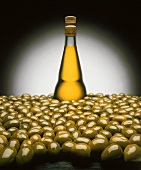 Grüne Oliven & eine Flasche Olivenöl