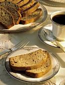 Aufgeschnittener Honig-Nuss-Kuchen & eine Tasse Kaffee