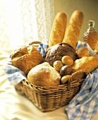 Brotkorb mit verschiedenen Brotarten & Brötchen