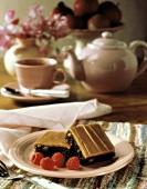 Quadratische Kuchenstücke mit Obstfüllung & Glasur