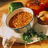 Gazpacho in Suppenschale, umgeben von Zutaten