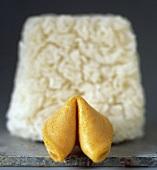 Ein Glückskeks vor Reis (unscharf)