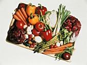 Verschiedene Gemüsesorten & Champignons auf Holztablett