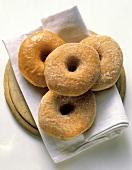 Mehrere Doughnuts, gezuckert & eines mit Zuckerglasur