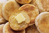Getoastete Brötchen und Brötchenhälfte mit Butterstück