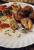 Felafel (Kichererbsenklösse) mit Salat und Joghurtsauce