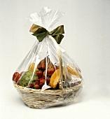 Verpackter Früchtekorb zum Verschenken