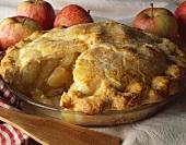 Apple Pie in der Backform mit fehlendem Stück