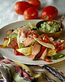 Fajita gefüllt mit Rindfleisch und Gemüse, dazu Guacamole