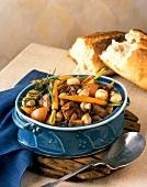 Rindfleischtopf mit Gemüse, Pilzen und Rosmarin; Weissbrot