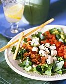 Salatteller mit Geflügel, Tomaten, Speck und Grissini