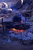 Wasserkessel auf dem Feuer beim Camping