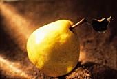 Eine gelbe Birne mti Stiel und Blatt