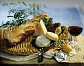 Picknick mit Käse, Brot und Rotwein am Swimmingpool