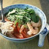 Asiatische Nudelsuppe mit Garnelen und frischen Kräutern