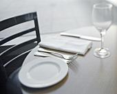 Gedeck mit weißem Teller und weisser Serviette