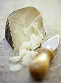 Stück Pecorino mit Käsemesser