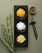 Drei verschiedene asiatische Nudelsorten; Bambus; Stäbchen