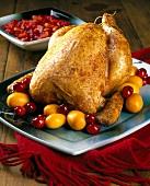 Hähnchen mit Cranberries und Kumquats auf Platte