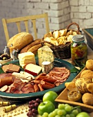 Appetiser platter with sausage and cheese; bread; crackers