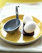 Amerikanischer 'Egg Poacher' mit zwei gekochten Eiern