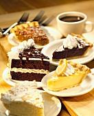 Verschiedene Kuchenstücke, Kaffeetasse